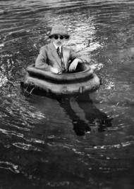 Jacques-Henri Lartigue, ZISSOU DANS SON BATEAU PNEU, Rouzat, 14 juillet 1911, tirage sur papier baryté d'après négatif sur verre. Photographie J. H. Lartigue © Ministère de la Culture – France / A.A.J.H.L.