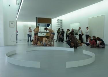Vue de la performance d'Annie Vigier et Franck Apertet (les gens d'Uterpan), à l'occasion des 10 ans de la Collection Lambert en Avignon : X-Event 2.7, protocol Salives. Photographie Philippe Daval.