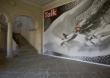 Oeuvres de Douglas Gordon, Roni Horn et Barbara Krueger. Photographie Pascal Martinez, vue du hall de l'Hôtel de Caumont.