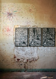 Vue de l'exposition La disparition des lucioles, Prison Sainte Anne, Avignon, oeuvres de Anna Maria Maiolino, photographie François Halard