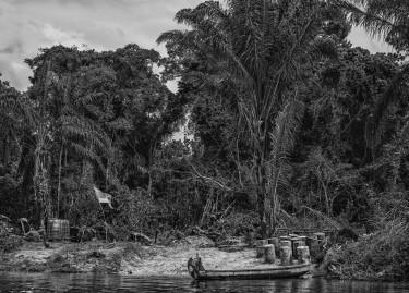 Station service clandestine sur la rive surinamaise du Marini, juin 2015, Christophe Gin, 2015, ©Christophe Gin pour la fondation Carmignac