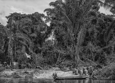 Station service clandestine sur la rive surinamaise du Marini, juin 2015, Christophe Gin, 2015, © Christophe Gin pour la fondation Carmignac