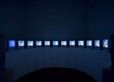 François-Xavier Courrèges Nuancier, 2000 Installation vidéo Donation Yvon Lambert à l'Etat français / Centre national des arts plastiques / Dépôt à la Collection Lambert, Avignon Photographie Claudio Abate